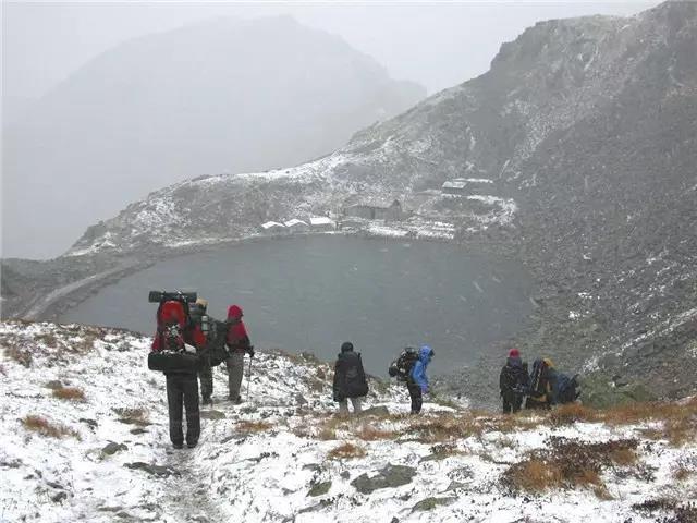 风雪中行走,由于只是穿越拔仙台,所以并不是很危险,但是太白的天气由此可见端倪,变化无常,说变就变  摄影/李晖
